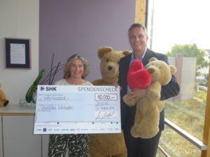 SHK-Vorstand Sven Mischel übergab den Spendenscheck in Wiesbaden an Diana Stein von der Bärenherz-Stiftung.